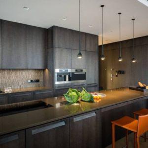 Дизайн кухни в стиле хай-тек 2021 в малогабаритной квартире